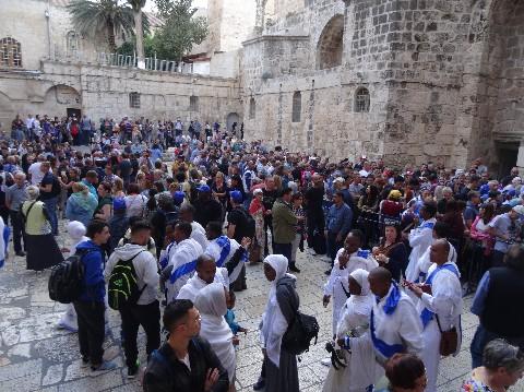 Le parvis du Saint Sépulcre de Jérusalem où tous les chrétiens du monde se retrouvent - www.ciels.fr