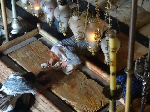 La Pierre de la Déposition est la dalle de marbre à l'entrée du Saint-Sépulcre de Jerusalem où le corps du Christ a été déposé après sa mort. Cette pierre est très vénérée pour ses propriétés miraculeuses